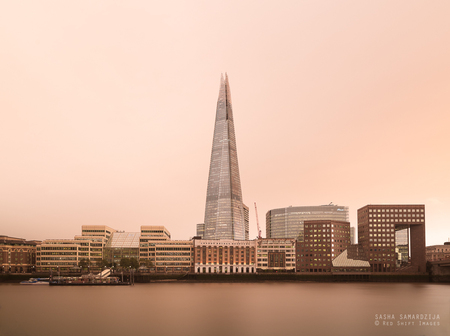 Red sky over London - Red sky over London, Thames, after hurricane wind Ophelia - foto door samards op 19-06-2019 - deze foto bevat: bridge, london, water, red, air, wind, sun, reflection, storm, skyline, light, urban, buildings, landscape, river, city, view, building, england, architecture, thames, district, skyscrapers, uk, downtown, strong, business, ophelia, dust, dusk, office, capital, skyscraper, cityscape, hurricane, phenomenon, red sun, desert dust, debris, colour of the sky, great storm, tropical air