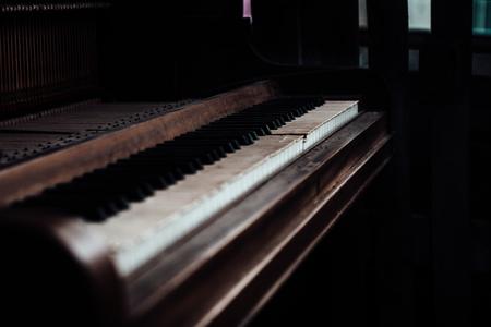 Vintage piano in loods - - - foto door Typischrowan op 26-02-2021 - deze foto bevat: muziek, piano, vintage, loods, urban, retro, instrument, klavier