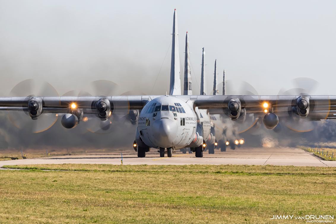 5 op een rij... - 5 op een rij! Tijdens een oefening vanaf vliegbasis Eindhoven. - foto door JimmyvanDrunen op 03-01-2021 - deze foto bevat: eindhoven, luchtvaart, hercules, luchtmacht, vliegbasis, airforce, squadron, aviation, c130, 336