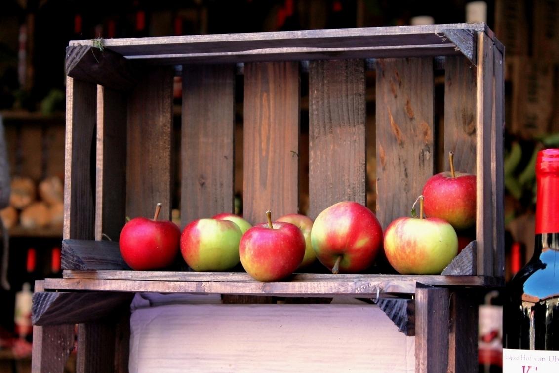 rode blosjes - lekker vers fruit uit Noorbeek - foto door herimo op 04-10-2012 - deze foto bevat: fruit, appels, kistje, noorbeek