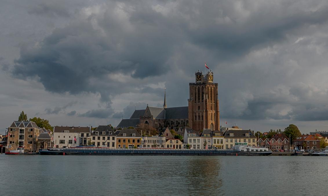De Dordtse Dom - Hoe korter bij Dordt, hoe mooier het wordt. Voor het beste uitzicht op Hollands oudste stad moet je tegen de avond in Zwijndrecht zijn. Vanaf het Vee - foto door PeterKosterHT op 27-09-2020 - deze foto bevat: lucht, wolken, zon, uitzicht, water, boot, zonsondergang, reizen, scheepvaart, landschap, kerk, stad, rivier, kade, dordrecht, geloof, toerisme, binnenvaart, oever, reisfotografie, europa, binnenschip, Grote Kerk, Oude Maas, intantum