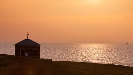 Peilschaalhuisje Hindeloopen - Van 1886-1942 heeft er op de zeedijk bij Hindeloopen een Peilschaalhuisje gestaan.Hier werden tot de aanleg van de Afsluitdijk in 1932 met een zelfre - foto door Santakees op 22-03-2021 - deze foto bevat: zee, water, dijk, zonsondergang, landschap, ijsselmeer, friesland, zuiderzee, hindeloopen, waterstand, peilschaalhuisje