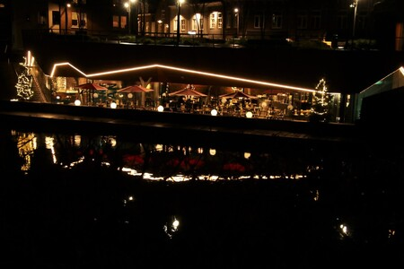 terras op de winteravond - een gezellig terrasje in s-Hertogenbosch op een winter avond mooi verlicht en met kerstbomen en weerspiegeling in het water 3-1-2020 - foto door mieke58 op 05-01-2020 - deze foto bevat: straat, water, licht, avond, spiegeling, reflectie, stad, nacht, gracht, terras, straatfotografie, centrum, parasols, avondfotografie