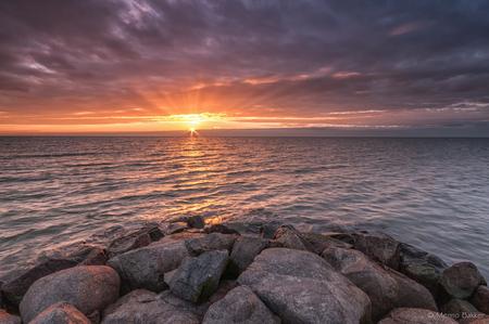Stavoren - Afgelopen weekend eindelijk weer eens tijd gevonden om erop uit te trekken. - foto door mjbakker20 op 10-11-2014 - deze foto bevat: wolken, zon, zee, water, zonsondergang, fel, stenen, stavoren