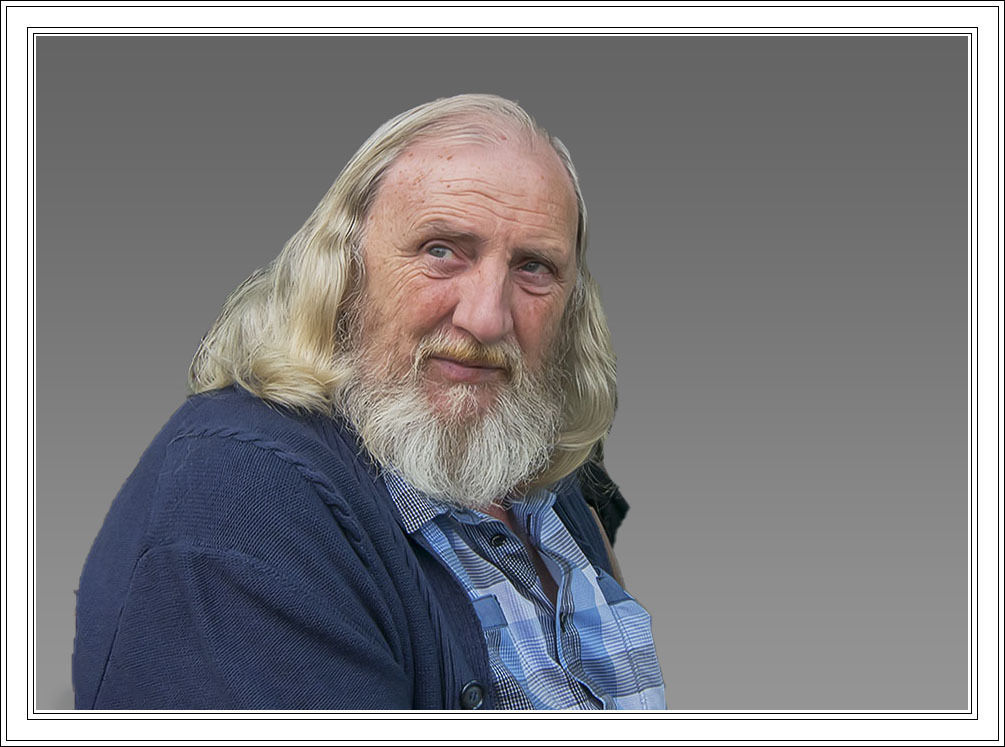 """Man met baard - Hij was rustig aan het genieten op een terrasje. Deze foto komt uit """"Mijn Archief"""" - foto door jos1953 op 08-04-2021 - locatie: SINT TRUIDE?N - deze foto bevat: kleding, baard, kaak, halsband, rimpel, gezichtshaar, snor, overhemd, stock fotografie, geen uitdrukking"""