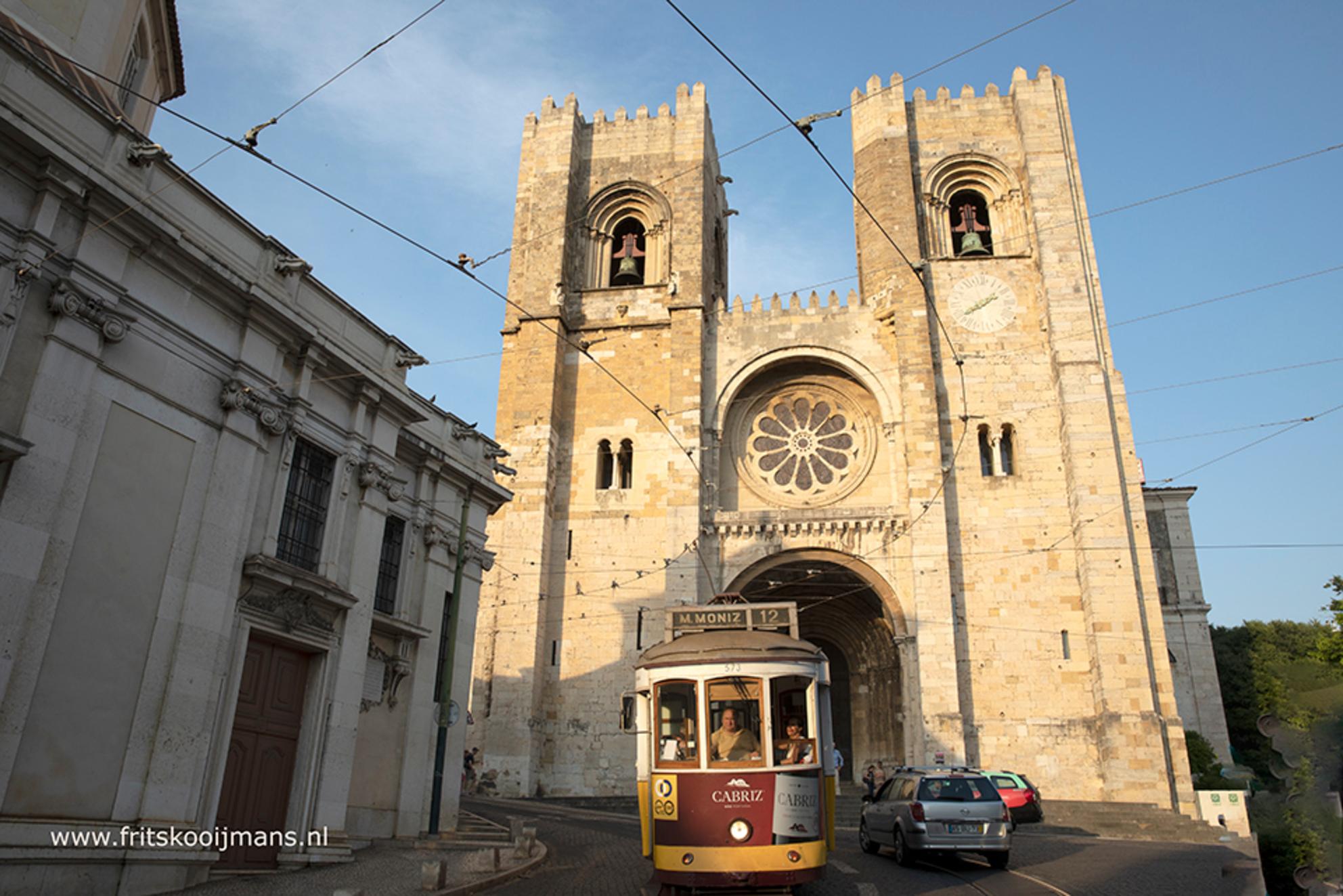 Kerk in Lissabon - 20180618 0999 Kerk in Lissabon - foto door fritskooijmans op 06-10-2018 - deze foto bevat: lucht, zon, kerk, gebouw, tram, portugal, lissabon