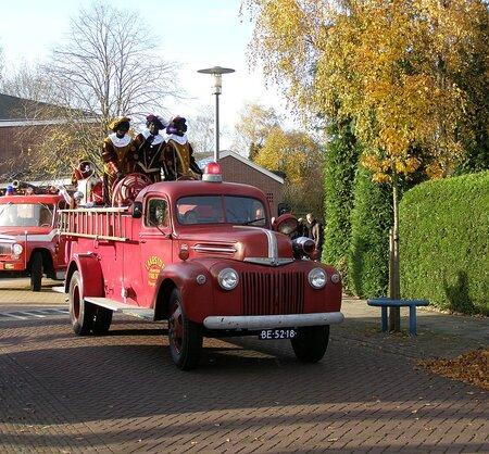 Intocht Sint - In 2006 kwam de Sint  met een oude brandweerauto in het dorp. - foto door Duckie_zoom op 19-11-2006 - deze foto bevat: sint