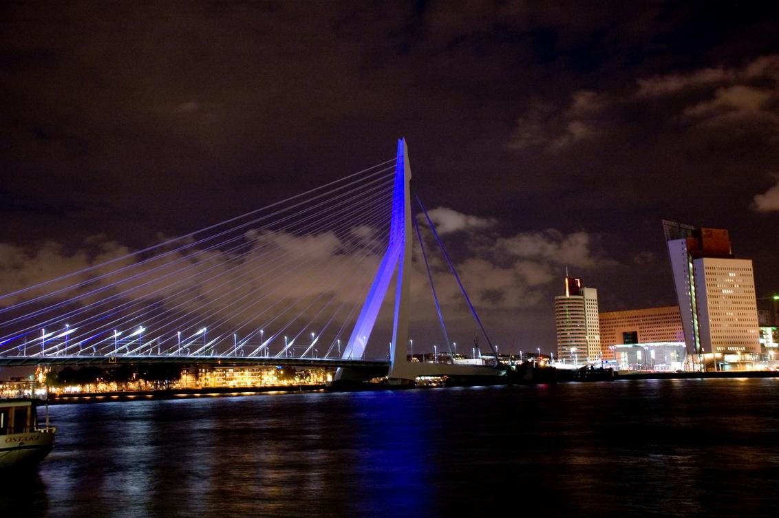 erasmusbrug bij nacht - - - foto door lagrand op 08-11-2007 - deze foto bevat: rotterdam, nacht, brug