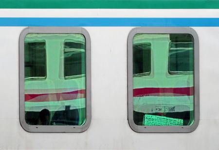 If you wish to be loved, love - Weerspiegeling van treinraampjes in treinraampjes. De treinen stonden stil op een italiaans station. Ook een krant met een interessante boodschap kwa - foto door JeanneW op 10-07-2018