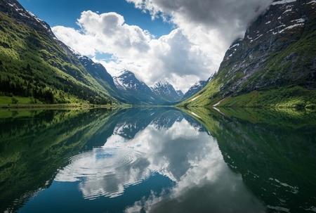 Sanddalsvatnet - Sanddalsvatnet, Noorwegen.  Een beetje anders dan mijn gebruikelijke stijl, maar kon het niet laten om hem toch even te uploaden. Had nog nooit eer - foto door Joshua181 op 29-08-2017 - deze foto bevat: lucht, wolken, water, lente, natuur, licht, vakantie, spiegeling, reizen, landschap, bergen, meer, noorwegen