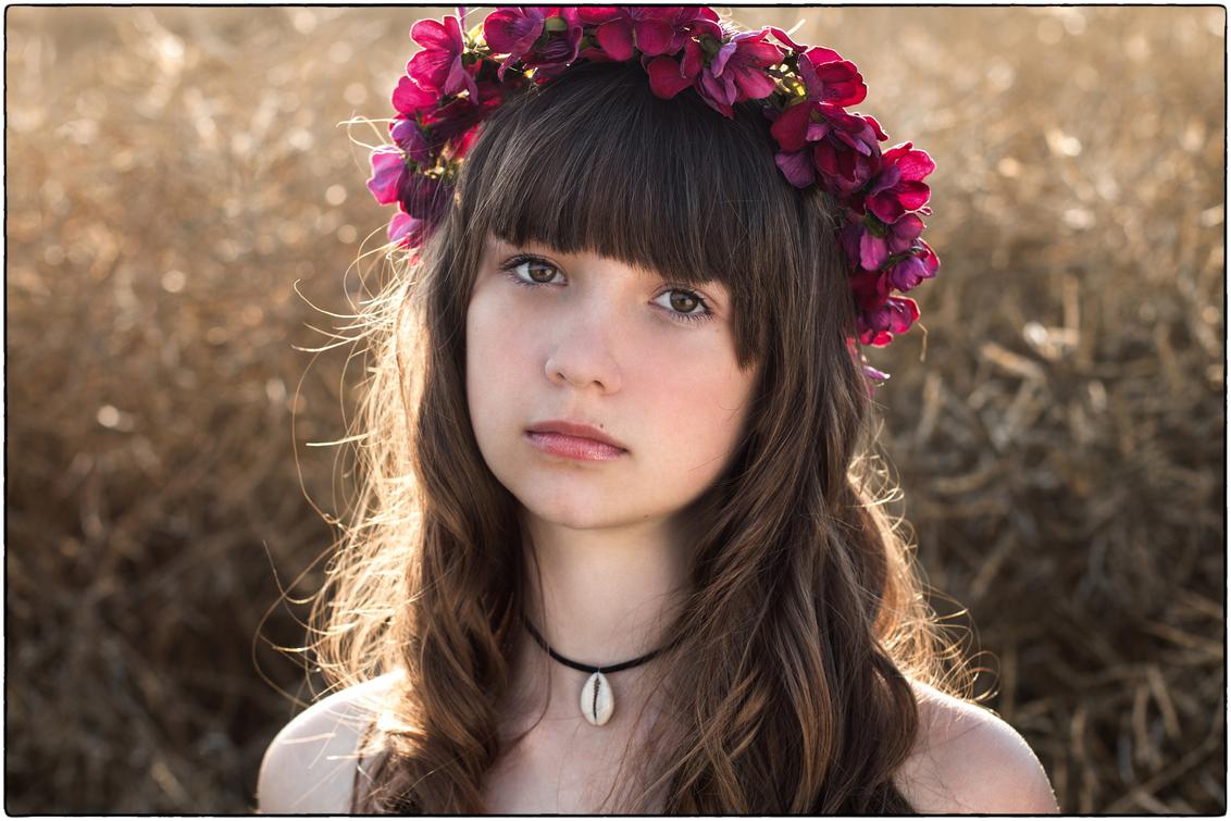 i n n o c e n c e - - close-up van de prachtige Allyriane in een decor van een uitgebloeid koolzaadveld bij ondergaande zon in de buurt van het Waalse dorpje Houtain-Sai - foto door pietbruystens op 16-07-2020 - deze foto bevat: donker, licht, portret, model, avondlicht, tegenlicht, daglicht, ogen, haar, meisje, lief, beauty, glamour, closeup, sundown, fotoshoot, innocence, sensual, 50mm, outdoors, adorable, Golden hour, beauty in nature