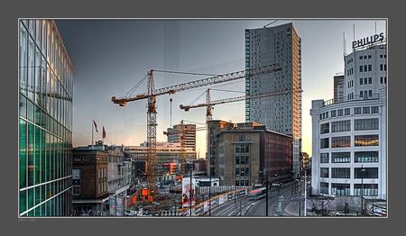 Eindhoven links.... - Vanaf hetzelfde punt als mijn vorige upload maar dan kijkend naar links. Weerspiegeling door het glas. Een totaal ander beeld en andere sfeer. Eind - foto door PhotoMad op 09-02-2009 - deze foto bevat: piazza, eindhoven, stadsgezicht, loopbrug, bouwput, overzicht