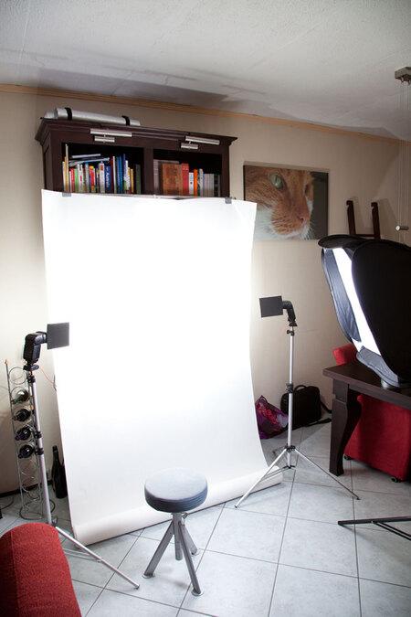 Achter de schermen Thuisstudio - Zo ziet mijn strobist studio er thuis uit.  Flitsers voor met flag 2x Canon 540EZ met Yongnuo CTR301 triggers. Softbox rechts 60x60 met Lumopro LP1 - foto door mmuetst op 13-09-2010 - deze foto bevat: portret, telelens, strobist