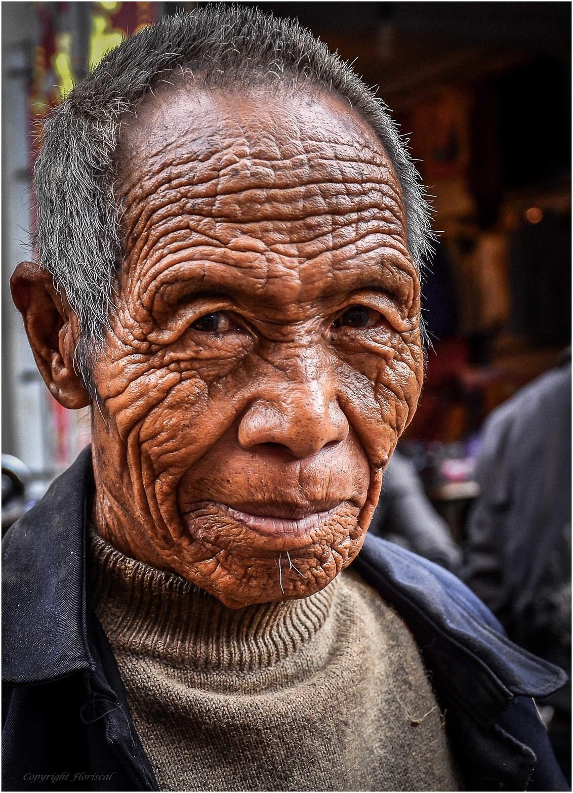 Doorleefd - Een ontmoeting met een prachtige doorleefde oude man op de markt in een klein plaatsje in China. - foto door Floriscal op 20-11-2015 - deze foto bevat: man, china, straatfotografie, closeup, reisfotografie