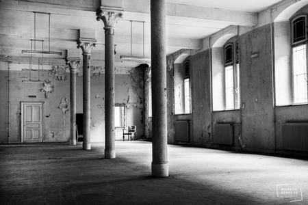 Verlaten - In een oud verlaten klooster. - foto door MartineStevens op 07-02-2021 - deze foto bevat: oud, licht, schaduw, verlaten, urbex, urban exploring