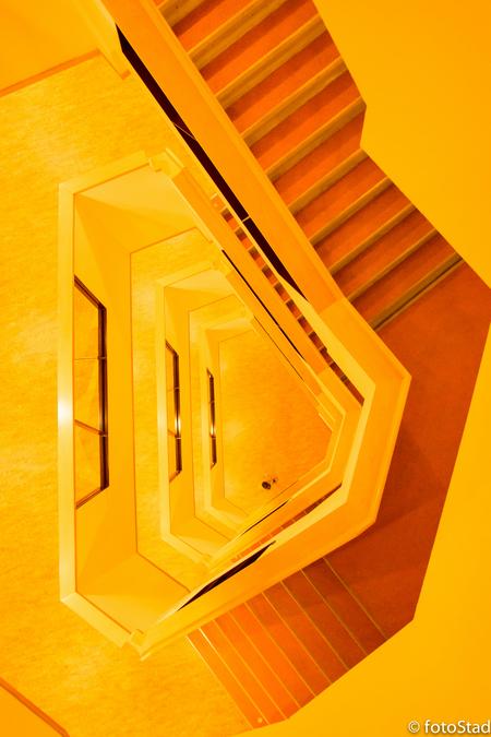 6hoek in kleur - Nog een vanuit een ander standpunt en een andere witbalans waardoor een surrealistisch beeld ontstaat. Ook leuk om mee te spelen! - foto door fotostad op 15-10-2014 - deze foto bevat: abstract, lijnen, architectuur, perspectief, trappenhuis, creatief, diepte, persoon, witbalans, lightroom, bewerkingsopdracht
