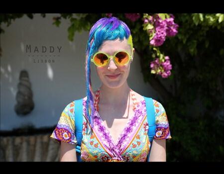 Straatportret Maddy - Ik kwam deze Australische toerist in Lissabon tegen, en met zulke kleuren moest ik haar wel op de gevoelige sensor vastleggen. - foto door schermpeter op 03-11-2012 - deze foto bevat: vrouw, kleur, portret, reflecties, blauw haar