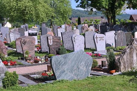 rustplaats. - Begraafplaats St. Martinus in Wehr Duitsland.  7 juni 2017. Groetjes Bob. - foto door oudmaijer op 29-06-2017 - deze foto bevat: vakantie, stilleven, kerkhof, begraafplaats, details, rustplaats