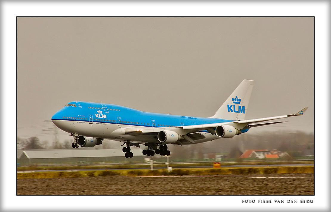 Fasten your seatbells - We zijn het afgelopen weekend naar Leiden geweest en hebben gelogeerd in Noordwijkerhout. Op zondag terug gereden en bij Hoofddorp even naar het land - foto door Piebe op 25-02-2007 - deze foto bevat: vliegtuig, luchthaven, schiphol, landingsbaan