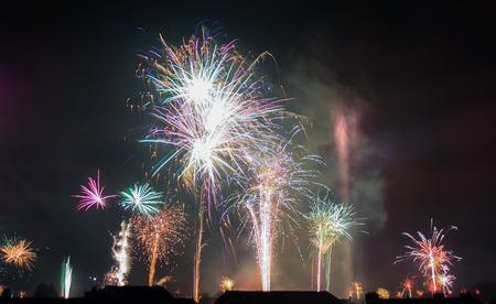 Vuurwerk - Er ging wat de lucht in vlak na 12 uur! Prachtig om te zien dat de hele horizon gevuld was met vuurwerk :) - foto door PNCO op 01-01-2017 - deze foto bevat: nieuwjaar, vuurwerk, knallen, 2017