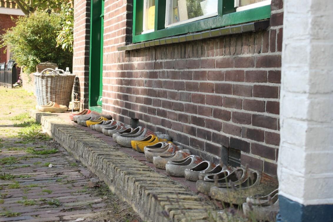 Groot gezin......? - Foto genomen in Oudeschild op Texel - foto door smorrie op 14-09-2010 - deze foto bevat: texel, klomp, oudeschild, gezin