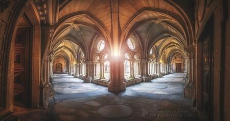 Klooster van de kathedraal van Porto - [url]https://dvdwphotography.com/2019/06/04/porto-a-small-selection/[/url] -- [url]https://www.facebook.com/DVDWphotography/[/url] -- [url]https: - foto door dennisvdwater op 11-06-2019 - deze foto bevat: oud, licht, lijnen, architectuur, kerk, gebouw, stad, porto, perspectief, portugal, kathedraal, gang, klooster, hdr