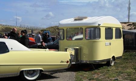 een match - een prachtige match van deze oltimer en caravan. Hoewel de afmeting van de caravan misschien wat beter had kunnen matchen. - foto door herimo op 01-05-2012 - deze foto bevat: geel, oldtimer, caravan, american sunday