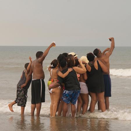 vakantieselfie in Florida - Deze situatie kwam ik tegen op het strand in Florida. Een heerlijke familie samen op reis en dat moesten ze vastleggen dmv een Selfie - foto door fotomay op 26-07-2016 - deze foto bevat: mensen, foto, zon, strand, zee, zomer, familie, Selfie