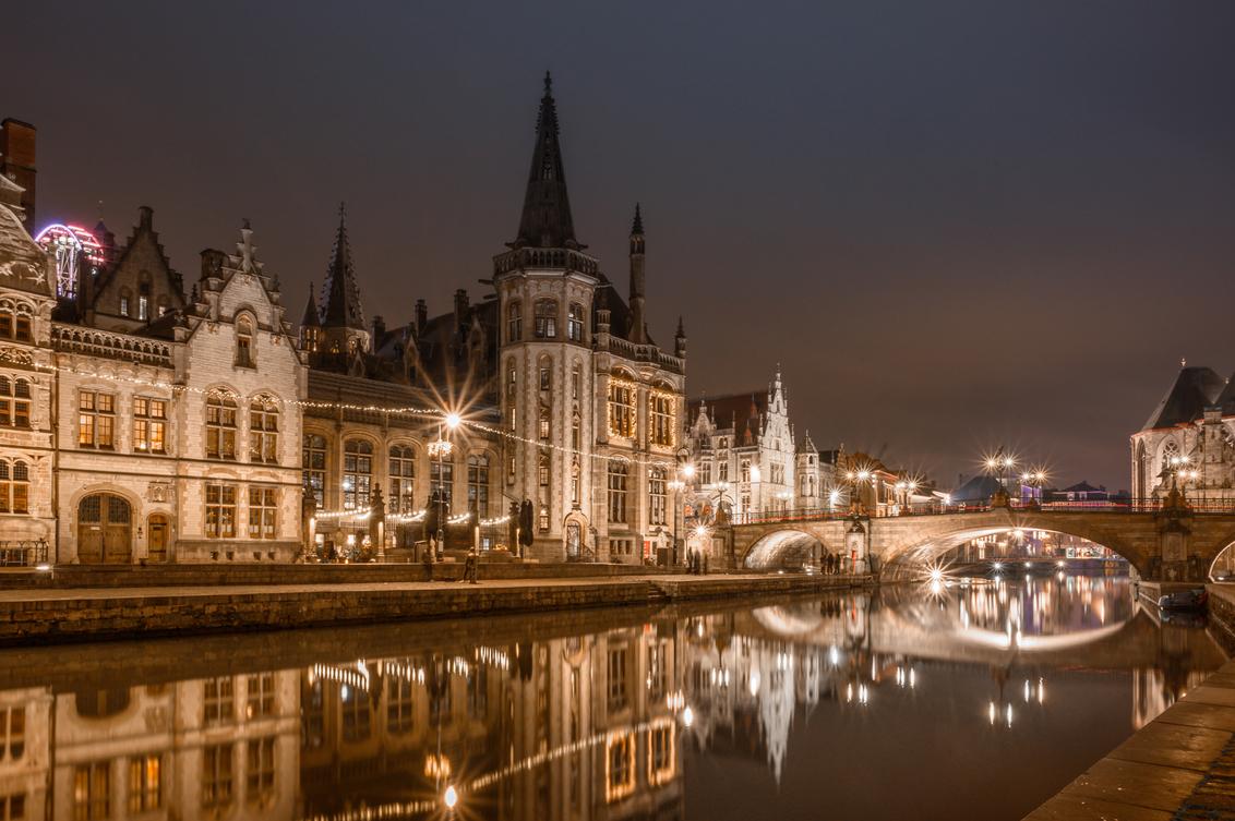 Gent by night - Gent is toch echt een prachtige, fotogenieke stad. Vooral voor avondfotografie. We hebben er een paar mooie, gezellige dagen gehad. - foto door marielledevalk op 08-01-2020 - deze foto bevat: water, kasteel, vakantie, spiegeling, reflectie, reizen, kerk, gebouw, stad, brug, belgie, gent, cultuur, toerisme, reisfotografie, europa, avondfotografie