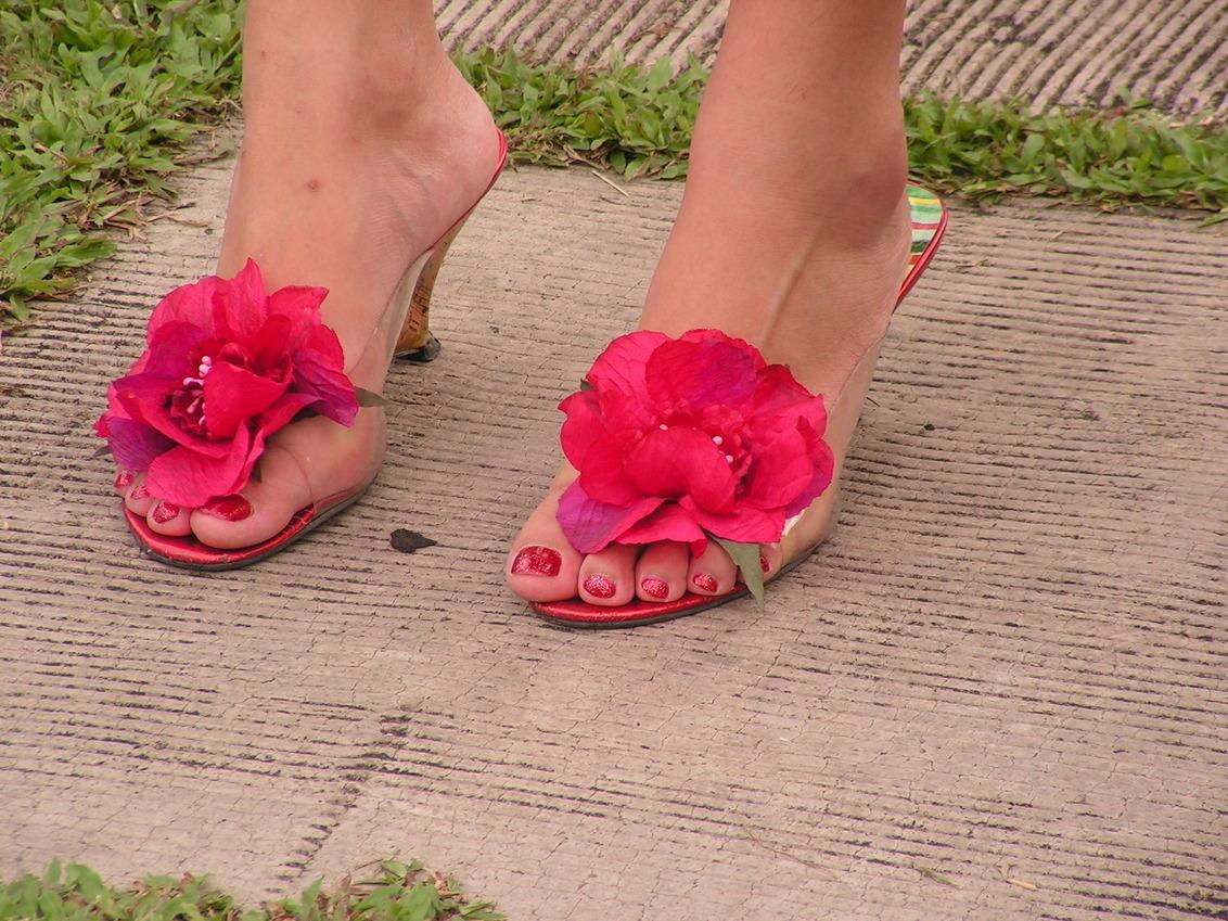 flower power - Deze dame heeft haar nagels gelakt in dezelfde kleur als de bloemen van haar zomerse schoenen. - foto door rene68 op 20-10-2013 - deze foto bevat: paars, rood, bloem, roos, rose, schoen, voeten, fashion, voet, flower, hakken, hak, flower power