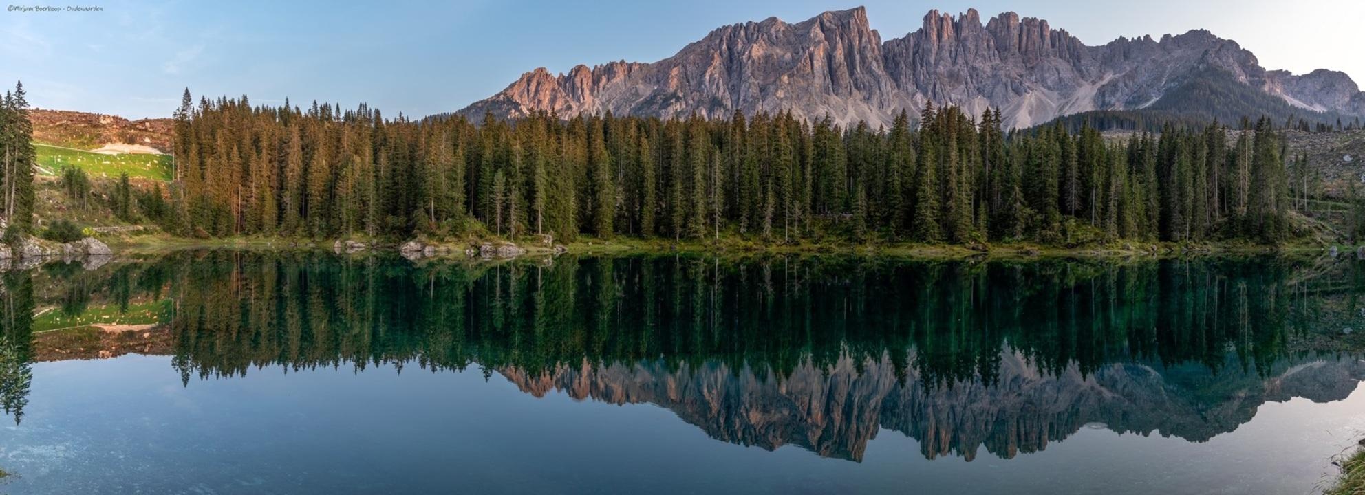 Lago di Carezza - - - foto door m_oudenaarden op 18-10-2020 - deze foto bevat: groen, lucht, kleur, boom, uitzicht, water, panorama, natuur, licht, avond, vakantie, bewerkt, spiegeling, reizen, landschap, bos, bomen, bergen, meer, bewerking, italie, photoshop, dolomieten, lago, reisfotografie, europa, lightroom, nik, karersee, fotohela, lago di carezza