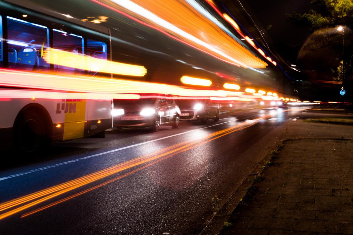 Openbaar vervoer - - - foto door niy op 22-03-2020 - deze foto bevat: oud, kleur, straat, licht, avond, vakantie, reflectie, schaduw, auto, stad, sfeer, metro, beweging, feest, contrast, festival, centrum, creatief, evenement, wallpaper