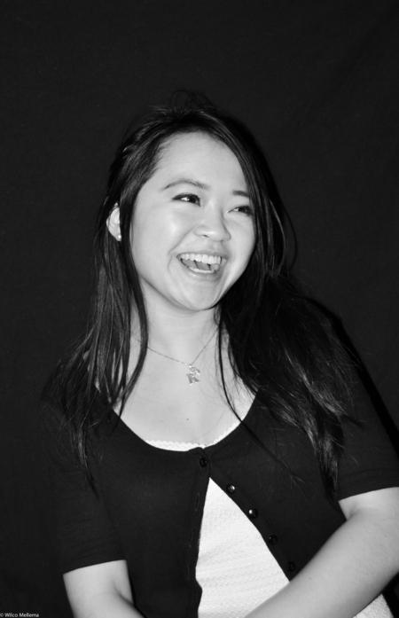 Lachen! - Een jonge studente lacht om wat er achter de camera gebeurd tijdens een shoot voor een gala. - foto door wilcofm op 30-05-2015 - deze foto bevat: vrouw, mensen, flits, meisje, zwartwit, gala, flitser, 50mm
