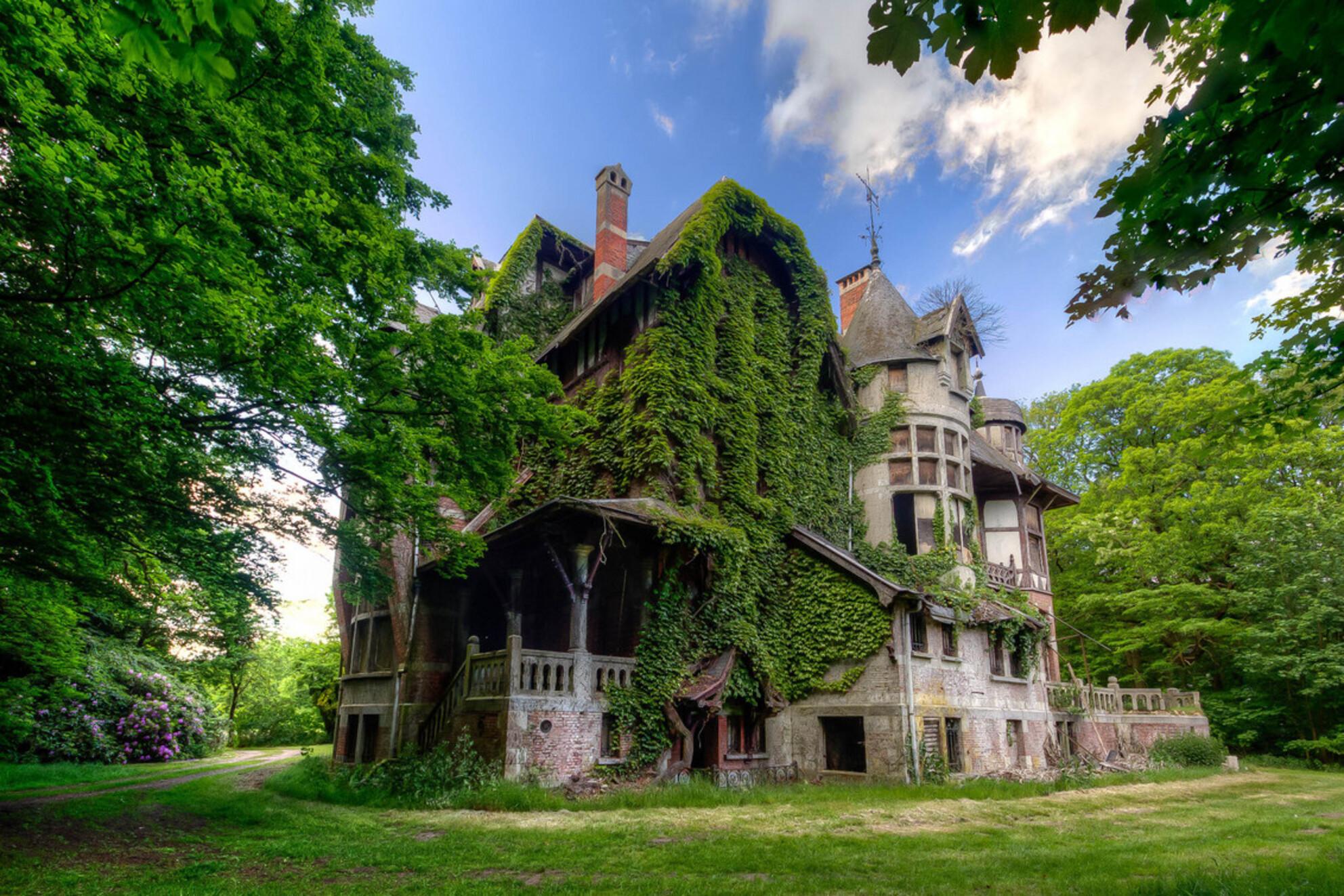 Huis vol Mysterie - Dit prachtige huis is gelegen ergens verstopt in de bossen in België. De begroeiing en stijl van het huis zorgt voor een hele mysterieuze sfeer. Na e - foto door Juized op 30-07-2014 - deze foto bevat: zon, natuur, licht, bos, heks, urban, huis, verlaten, hdr, verval, sprookje, urbex, begroeid, urban exploring