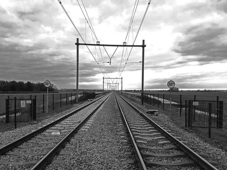 Spoor Rotterdam - Gouda - Spoor Rotterdam - Gouda (Spoorwegovergang Zuidplas Nieuwerkerk aan den IJssel) - foto door Fotograaf4U op 20-11-2020 - deze foto bevat: spoor, trein, spoorwegovergang, spoorbaan, bovenleiding, prorail, zuidplas, zwart wit, Nederlandse Spoorwegen, nieuwerkerk aan den ijssel, traject rotterdam - gouda