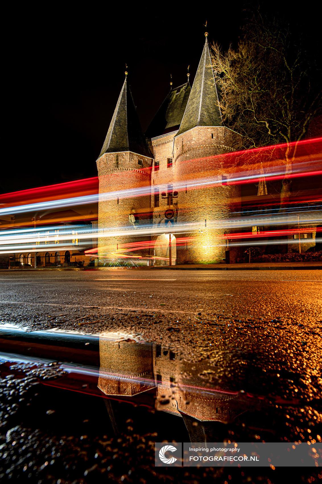 Koornmarktpoort Kampen - Old meets New: een van de drie imposante oude stadspoorten van de hanzestad Kampen. Op een druilige avond zoekend naar contrasten maakte ik dit beeld - foto door Fotografiecor op 28-11-2020 - deze foto bevat: oud, kleur, straat, regen, licht, avond, architectuur, reflectie, schaduw, auto, stad, nacht, poort, beweging, plein, straatfotografie, centrum, avondfotografie, ijsselkade, autolichten, hanzestad, lightrail, lange sluitertijd, Light trail