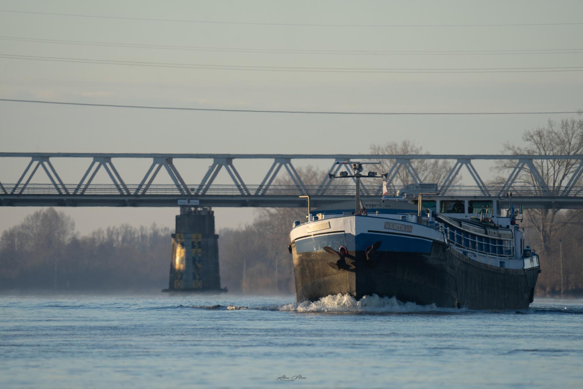 Binnenvaartschip - - - foto door Alex-Maas1 op 01-04-2021 - deze foto bevat: lucht, water, licht, architectuur, brabant, brug, rivier, schip, maas, transport, mast, binnenvaartschip, beugen