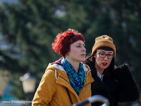 Publiek op de Hein Donnerbrug in Amsterdam - 201503136117 Publiek op de Hein Donnerbrug in Amsterdam - foto door fritskooijmans op 28-05-2015 - deze foto bevat: amsterdam, portret, voorjaar, 2015, hein donnerbrug