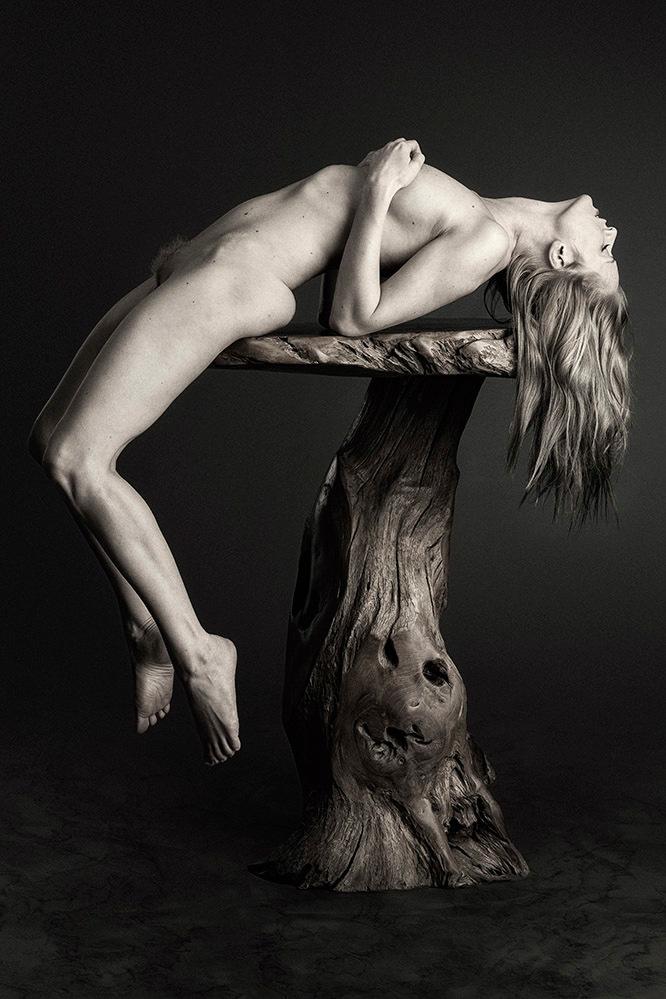 Nude Art on Table - model is de Zweedse Anna Johansson - foto door jhslotboom op 21-08-2020 - deze foto bevat: vrouw, tafel, model, art, erotiek, nude, naakt, zwartwit, pose, sepia, studio, klassiek, monochroom, artistiek, nude art