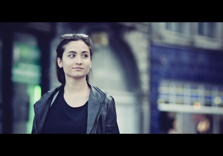 Cause baby u smile, I smile - Straatfotografie in Maastricht - foto door botafriko op 08-07-2015 - deze foto bevat: vrouw, straat, portret, stad, maastricht, meisje, glimlach, lach, mooi, beauty, film, zonnebril, straatfotografie, centrum, cinematisch