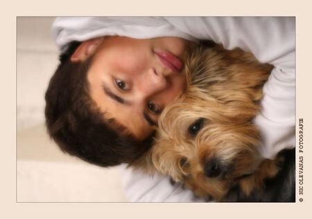 Mijn kleine/grote man met hond. - Wat is dit nu????  Ik hoor jullie denken.  Geen landschapjes, geen bloemen, geen insecten.  In de fotografie blijf je uitdagingen zoeken.  Na het o - foto door nicole-8 op 13-11-2010 - deze foto bevat: soft, portret, model, hond, kind, jongen, studio