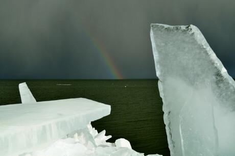 Kruiend ijs onder het genot van de regenboog