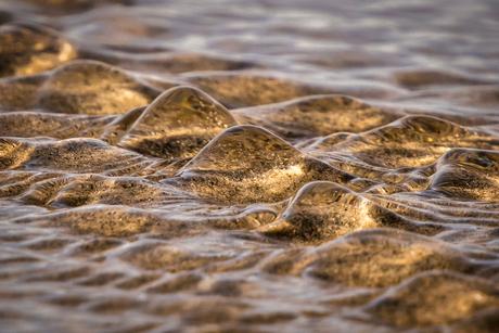 Mini rivier op het strand.