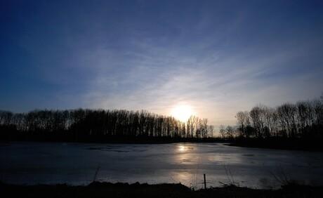 Zonsondergang bij de nog bevroren Bree-er peel (de plaatselijke visvijver).
