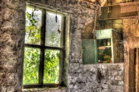 oud gebouw met medicijn kastje