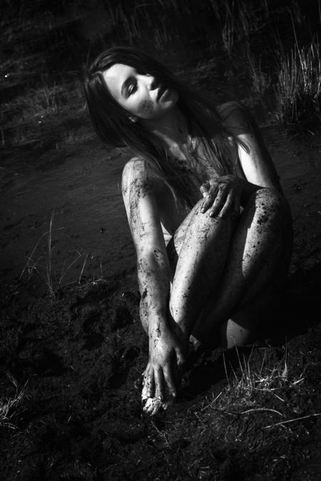 Mud - . - foto door william-aponno op 27-08-2014 - deze foto bevat: natuur, licht, portret, model, erotiek, naakt, fotoshoot, lowkey, natuurlijk licht