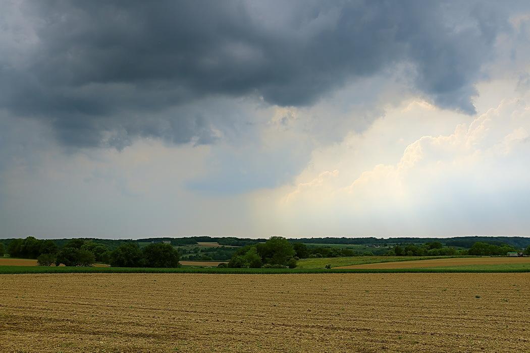 dreigende lucht - Vorige weekend tijdens ons verblijf in Zuid Limburg hadden we ook een stortbui. Hier is te zien dat de bui langzaam aan onze kant opkwam. Ongeveer ee - foto door ro op 04-06-2016 - deze foto bevat: wolken, regen, landschap, limburg, landschappen, dreigend, Zuid Limburg