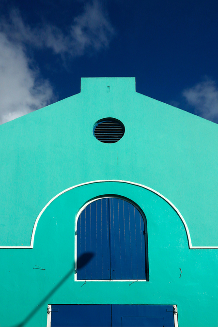 Antillen 11 - Het leuke van de Caraïben is de veelvuldig toegepaste felle kleurtjes. Dit oude pakhuisje was recent opgeknapt. - foto door rvanderschans op 10-12-2019 - deze foto bevat: groen, lucht, abstract, stad, curacao, antillen
