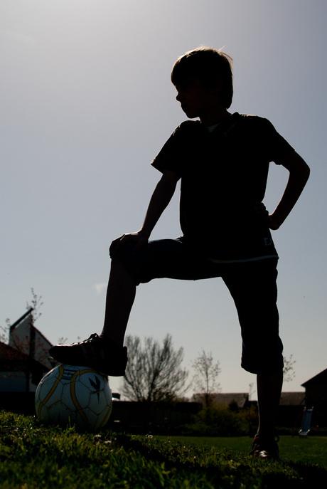 Voetballertje in tegenlicht