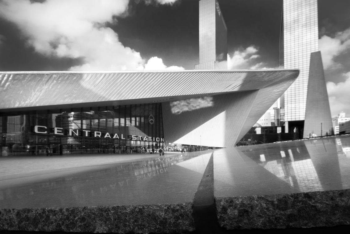 Rotterdam Centraal - Rotterdam Centraal in zwartwit - foto door framefotografie op 18-02-2018 - deze foto bevat: station, lucht, abstract, rotterdam, licht, lijnen, architectuur, reflectie, gebouw, kunst, stad, perspectief, centraal, centraal station, rotterdam centraal, rotterdam centraal station
